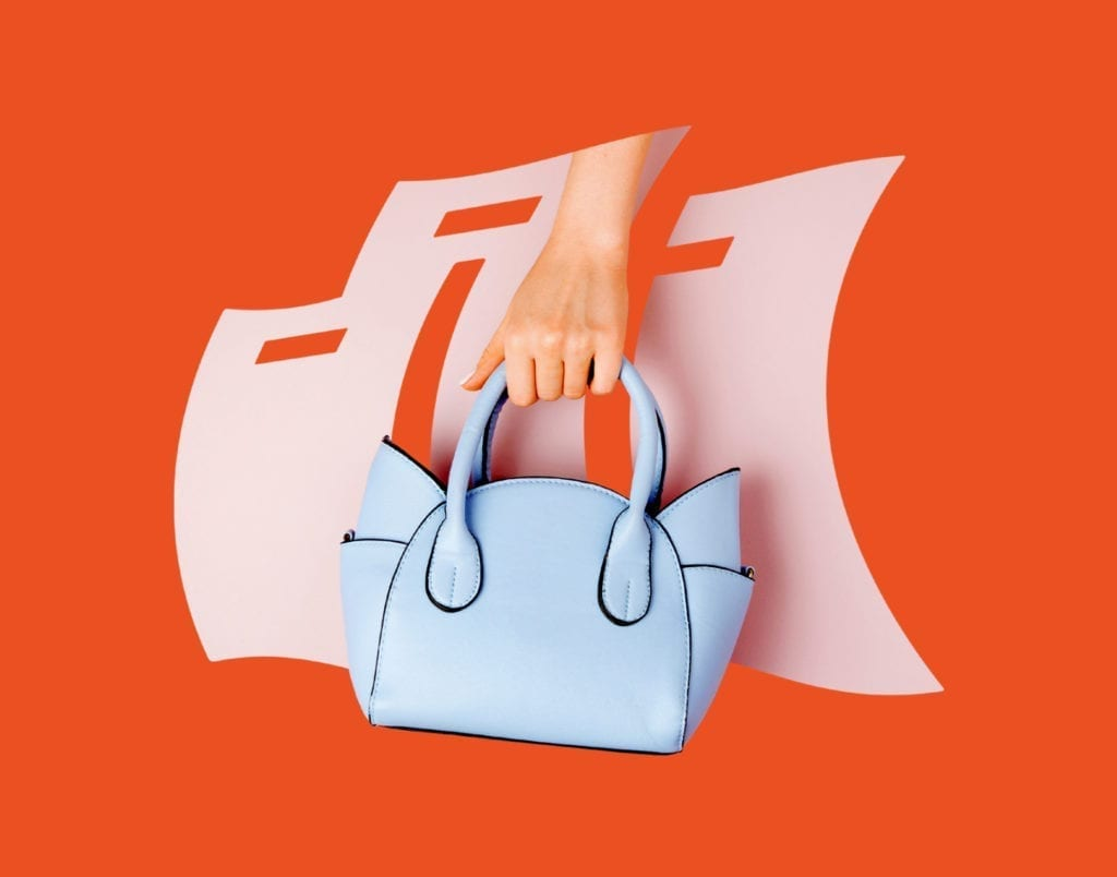 Blaue Handtasche vor Heinemann Logo