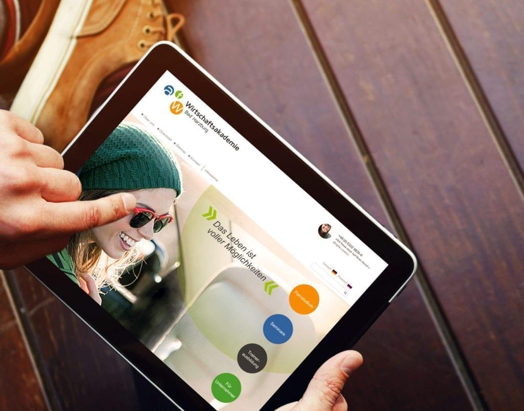 AfW Wirtschaftsakademie Webdesign auf Tablet