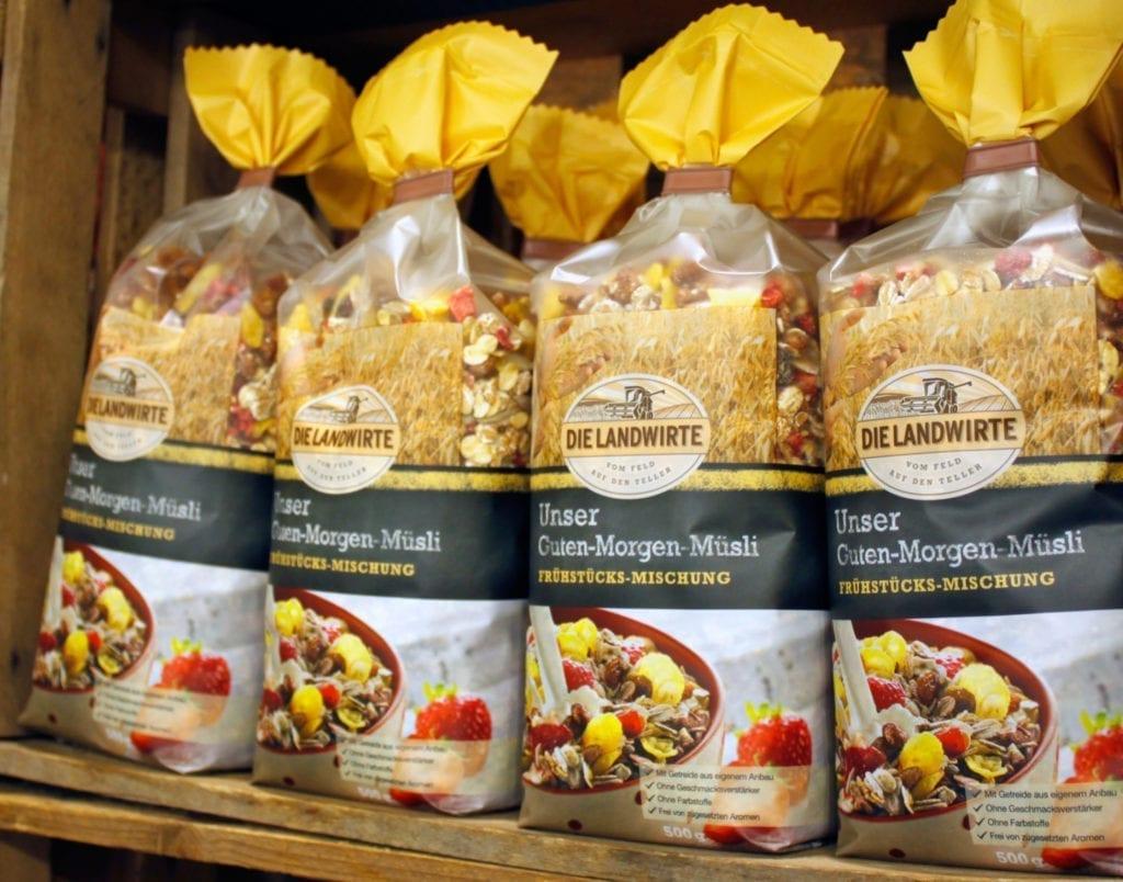 Die Landwirte Guten-Morgen-Müsli Verpackungen im Holzregal